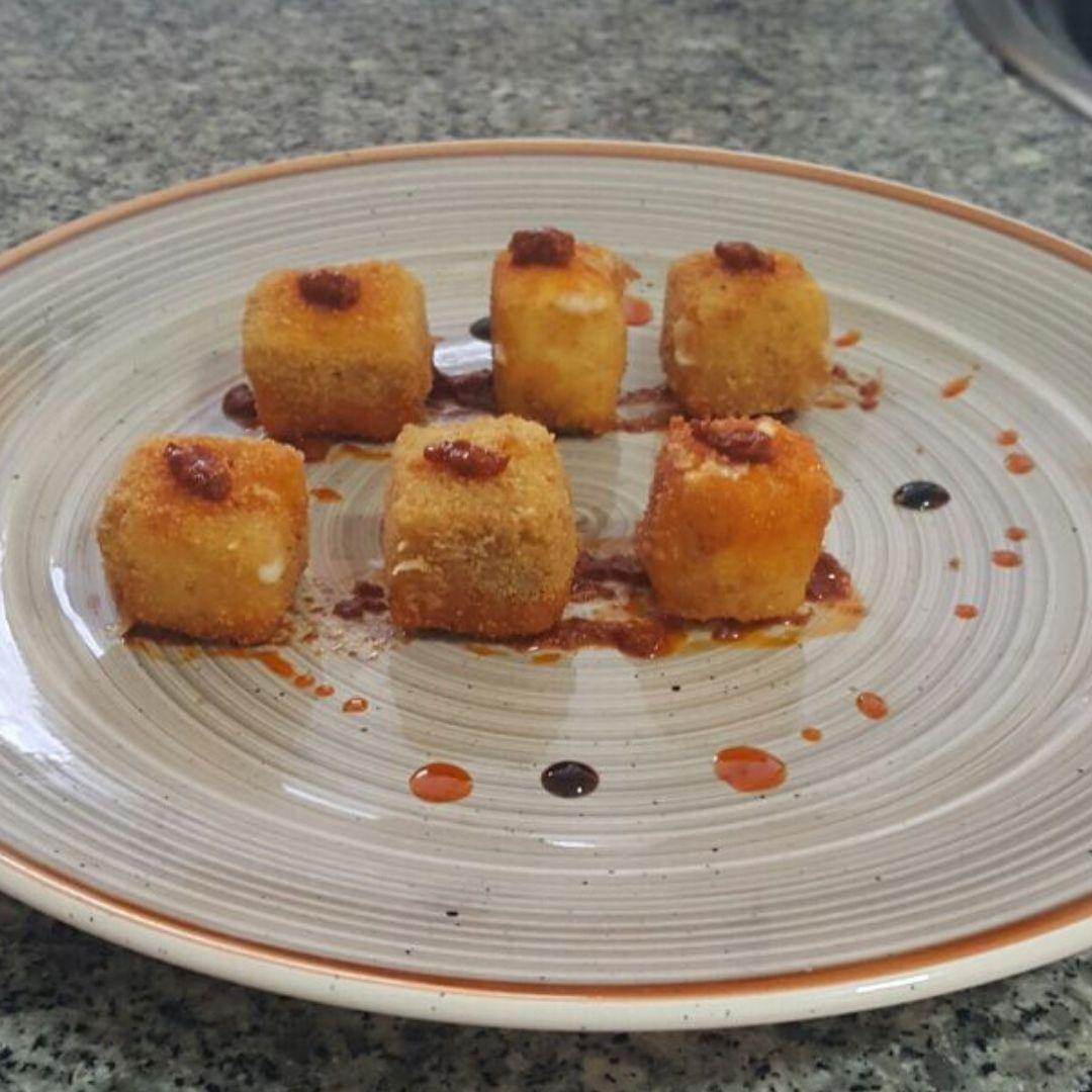 Dados crujientes de queso majorero con Mojo