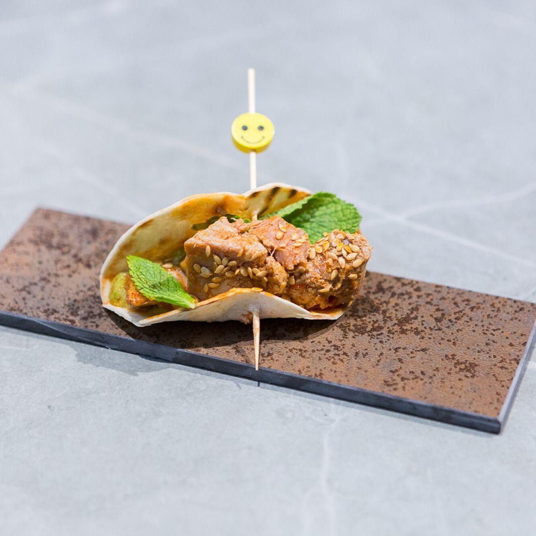 Tacos de atún en mojo hervido